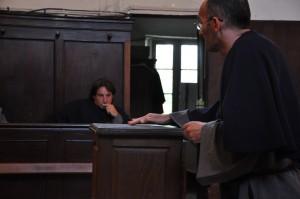Un confrère vient de glisser un bulletin de vote dans l'urne